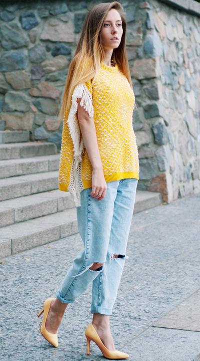 Boyfriend Jeans mit gelben Schuhen und gelbem Oberteil